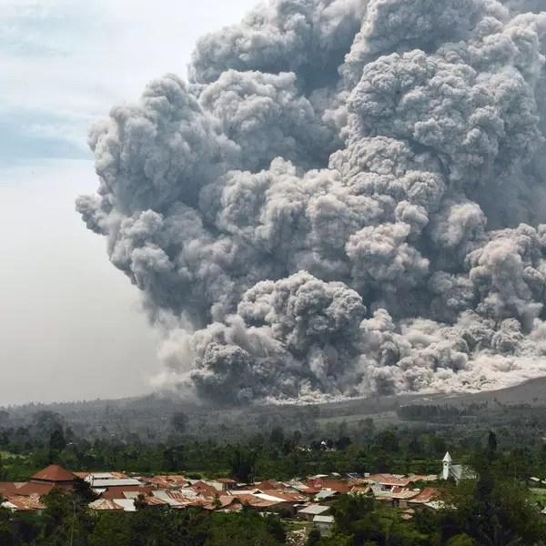 Veja imagens impressionantes de erupo vulcnica na Indonsia
