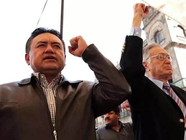 El líder del SME, Martín Esparza, quien fue acompañado por el senador del PT Manuel Bartlett, urgió a sus agremiados a no solicitar sus liquidaciones. Foto: Óscar Mireles / Reforma