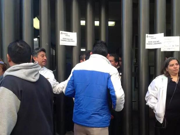 Trabajadores de Pemex acudieron a laborar, pero no les permitieron el paso debido a que hasta mañana se reanudarán la jornada laboral. Foto: / Terra México