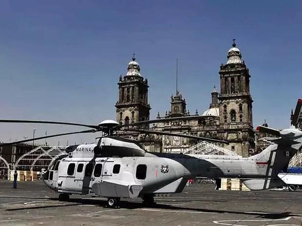 Un helicóptero EC 725 Cougar aterrizó en la Plaza de la Constitución, convirtiéndose en un atractivo para niños y adultos que esperaban tomarse una foto al lado de la nave. Foto: Reforma