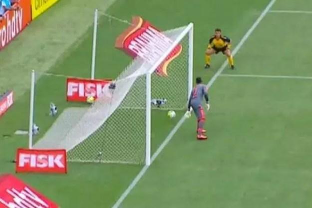 Rodrigo Castanheira foi árbitro adicional na linha de fundo e não assinalou o gol do Vasco (Foto: Reprodução/Globo)