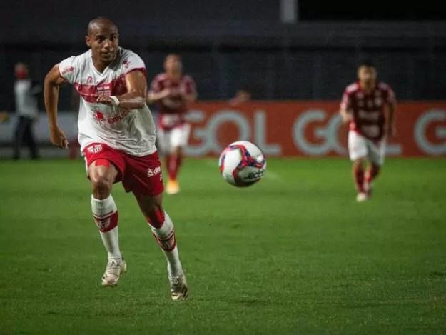 Reginaldo Lopes é titular absoluto da lateral direita do CRB no Brasileirão da Série B (Foto: Divulgação / CRB)
