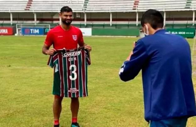 Gum recebeu armadura tricolor de presente do Fluminense (Foto: Reprodução/ Instagram/ @gumoficial)