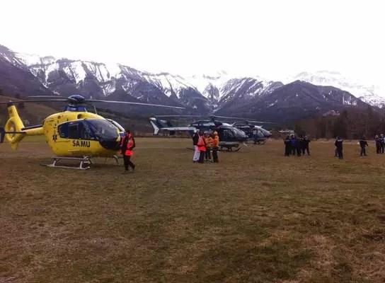 Equipes de resgate começam a chegar ao local da queda nos Alpes franceses, perto da cidade de Barcelonnette, a cerca de 100 quilômetros ao norte de Nice