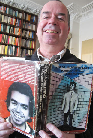 Jan Kjærstad med sin første bok (Foto: Anne Dorte Lunås, NRK)