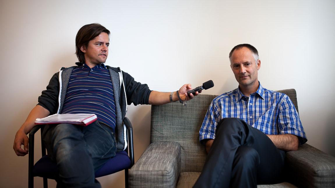 Dokumentarist Webjørn Espeland intervjuer sjefen for avdelingen for medisinsk cannabis ved helsedepatrementet i Nederland, Dr. Marco van de Velde. (Foto: Matias Nordahl Carlsen)
