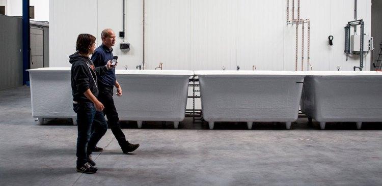 Tjalling Erkelens gir en omvisning på fabrikken. (Foto: Matias Nordahl Carlsen)