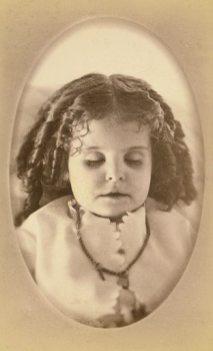 Jente som ser ut som en dukke
