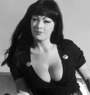 Bilde av Tura Satana fra kultfilmen «Faster, Pussycat! Kill! Kill! fra 1965.