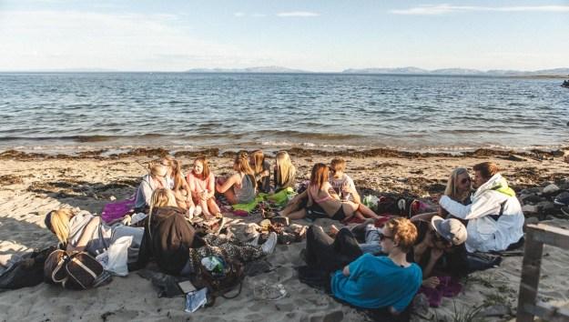 Fantastisk sommerkveld i Vadsø. Skole var ikke det som sto i hodet på denne gjengen. De var mer opptatt av andre ting, som klining ... (Foto: Jørgen Klüver, NRK)