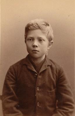 Johan Edvin Johansen (13). Kallenavn Panten. Sønn av forhenværende lensmann. Alltid sammen med Stenbergguttene. Lommetyverier og fra åbne butikker. Idømt 16 slag ris 29.12.1886 (Foto: Norsk rettsmuseum ©)