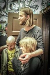 Keyboardist Einar Stenseng, her backstage med to dverger