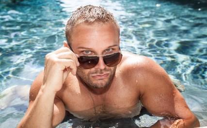 Daniel i bassenget. (Foto: Lars Haugdal Andersen, NRK)