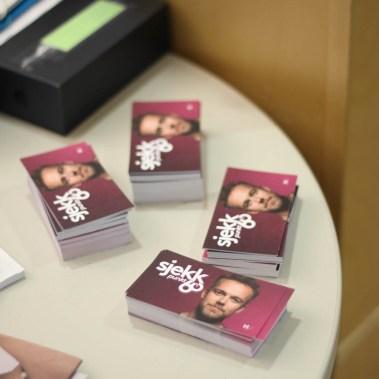Visittkortene legges ut over hele Oslo (Foto: Aksel Overskott, Helseutvalget)