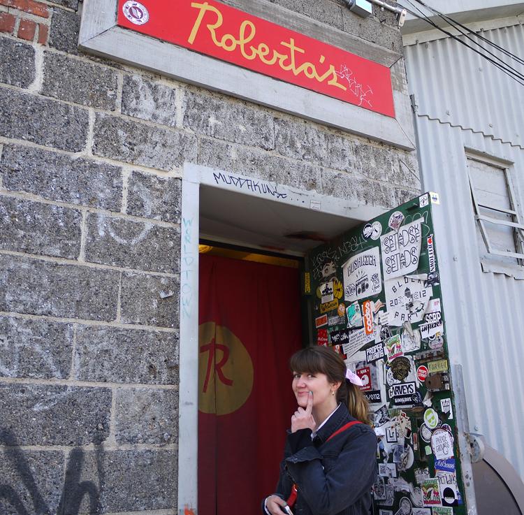Sarah utenfor pizzarestauranten Robertas. (Foto: Mari Garås Monsson)