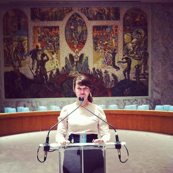 Sarah tester ut podiet i FNs sikkerhetsråd. (Foto: Sarah Winona Sortland, Instagram)
