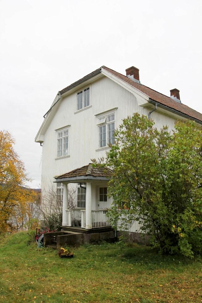 Kollektivet holder hus i et stort hvitt herskapshus på Eidsfoss (Foto: Sun Iren Bjørnås, NRK)