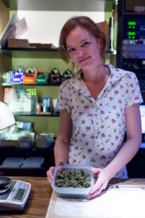 Janne fra Trondheim har mastergrad i matematikk fra NTNU, men har flyttet til Nederland og jobber på en coffeeshop. (Foto: Matias Nordahl Carlsen)