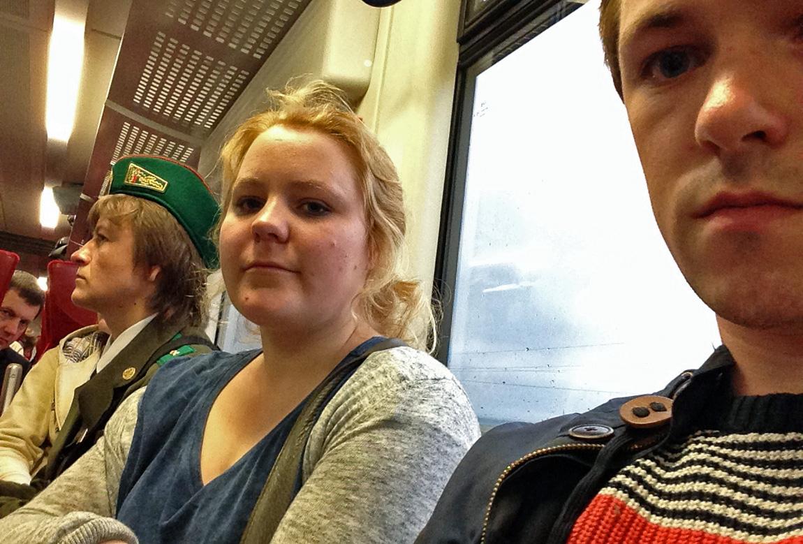 Internasjonal rådgiver i KrFU, Line Nordhaug (22), og KrFU-leder Emil André Erstad (23) på toget. Bildet er tatt på vei tilbake til Litauen, etter at de ble kastet av. (Foto: Privat)