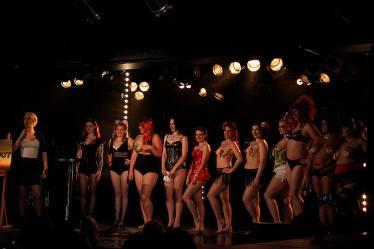 På burleskscenen forvandles Carina til Fifi von Tassel. (Foto: Privat)