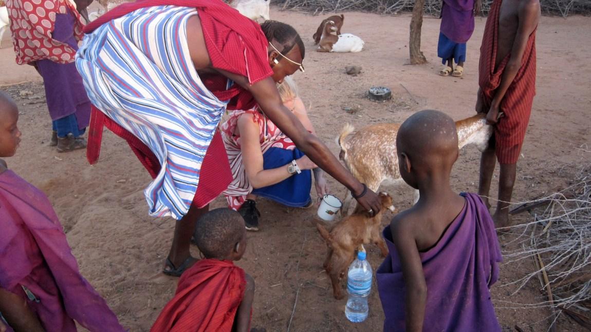 Therese besøker Nangiro i hans landsby i Tanzania. (Foto: Privat)