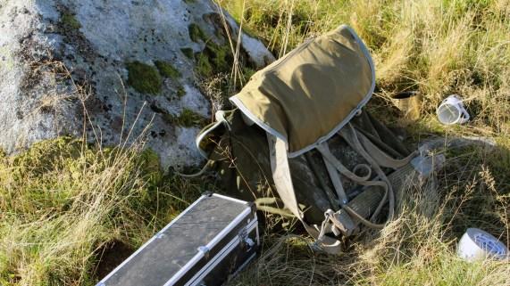 Jeg er skjelven i beina og må sette meg på en stein. «Pål Jakob» henter en kopp kaffe til hver av oss. (Foto: Ludvig Løkholm Lewin, NRK)