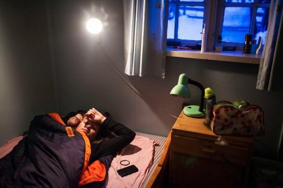 En tidlig morgen på hytta til Johanne i Julussdalen, i Hedmark. En liten brukshytte i skauen, der de drar for å trene hundene.
