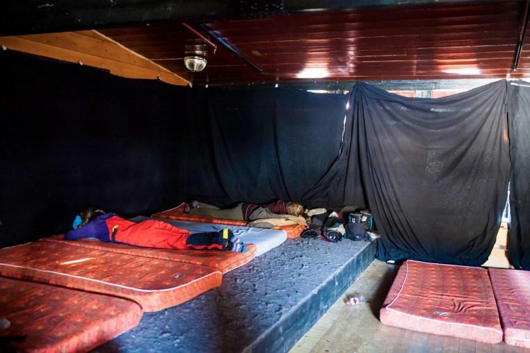 Marte sover en time på sovesal i Karasjok. Siden hun skal hvile så kort, dropper hun sovepose, og bruker skalljakken som hodepute.
