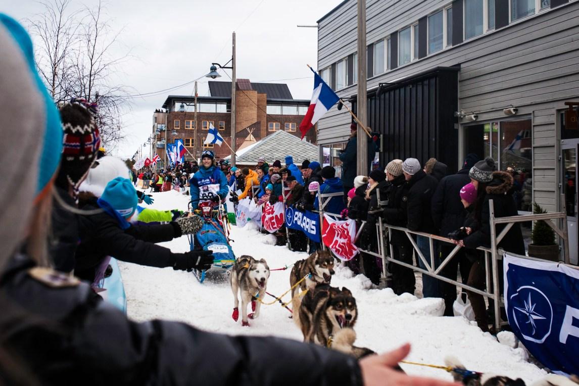 Startskuddet har gått. På sekunder er folkefesten over, og Marte er endelig på tur og alene med hundene.