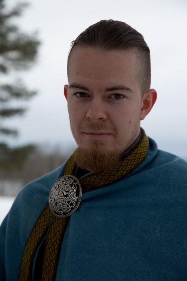 Gøran Hálfdanarson Ellingsen (26) i Trondheim vikinglag er også åsatroer, men han blander ikke vikingrollespill med sin personlige tro. (Foto: Kristin Evensen Giæver, NRK)