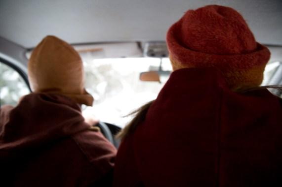 Rickard og Ingrid er mye sammen i bil på vei til vikingtreff og -markeder. Ingrid elsker å høre på Susanne Sundfør når hun kjører. (Foto: Kristin Evensen Giæver, NRK)