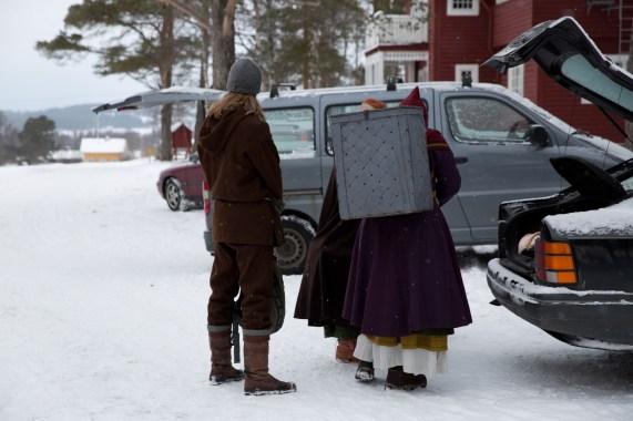 Ikke alt kan gjøres på vikingvis. Så bil utkonkurrerer hest. (Foto: Kristin Evensen Giæver, NRK)