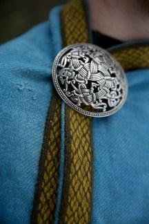 Brikkebåndet på Gørans kappe er basert på et funn fra Birka i Sverige. (Foto: Kristin Evensen Giæver, NRK)