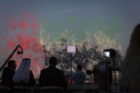 Det spares ikke på fyrverkerier og annet pomp og prakt på hesteløpstadionet Meydan i Dubai. (Foto: Matias Nordahl Carlsen, NRK)