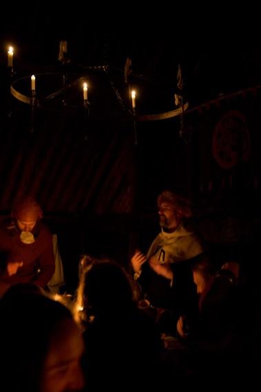 I tillegg til å være musiker, er Joacim Espell/Grymvold Vite (til høyre) høvding for vikinglaget Österhus Vänner. (Foto: Kristin Evensen Giæver, NRK)
