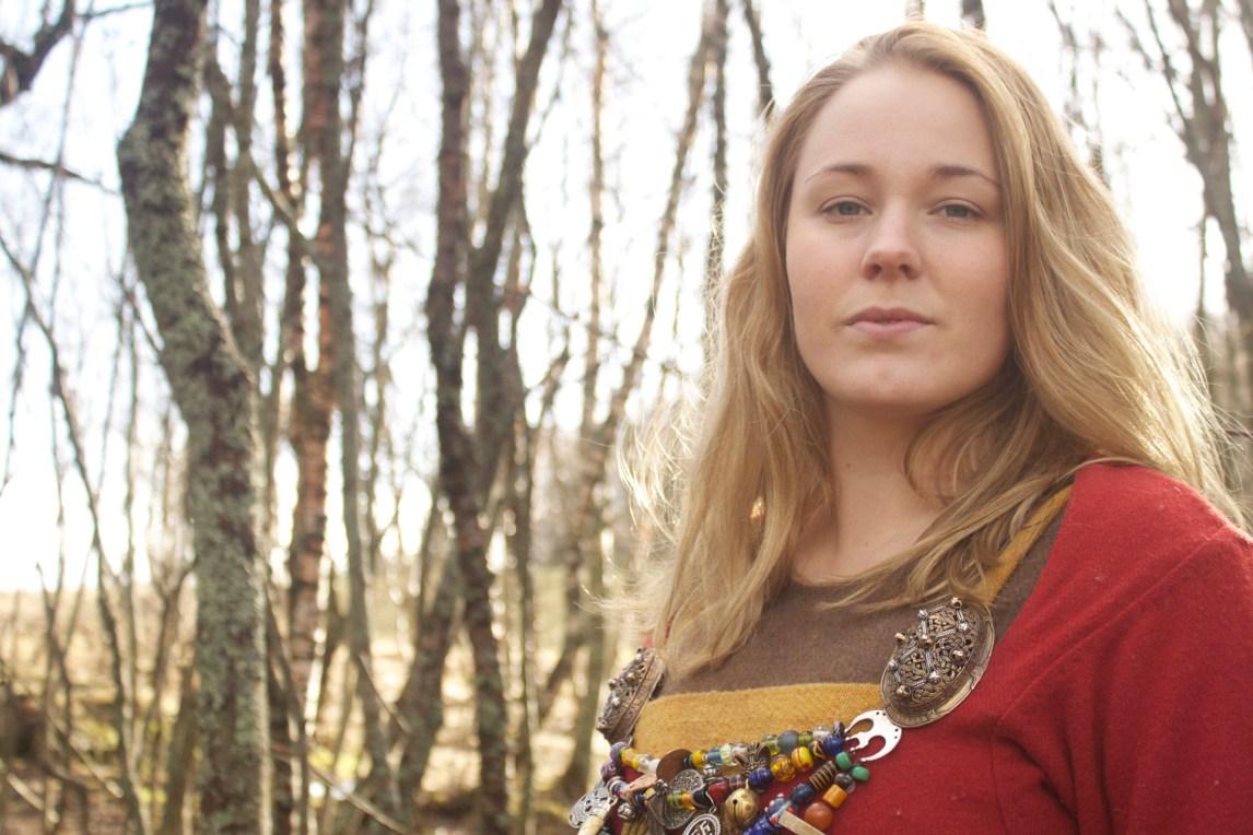 Ingrid Galadriel Aune Nilsen (28) er vikingrollespiller og en moderne vikinghøvding. (Foto: Kristin Evensen Giæver, NRK)