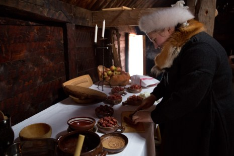 De svenske vertsvikingene bruker et eget vikingnavn når de er på vikingsamlinger. Viking-Svanhild forbereder mat til kveldens store fest. (Foto: Kristin Evensen Giæver, NRK)