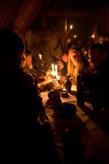 Spising, drikking og unik stemning uti de små nattetimer. (Foto: Kristin Evensen Giæver, NRK)