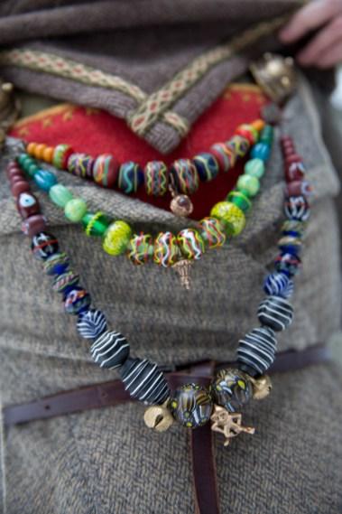 Perlene på Tonjes smykke er stort sett replika av funn fra Danmark, Polen og Sverige. Bjellene er Oseberg-replikaer. (Foto: Kristin Evensen Giæver, NRK)
