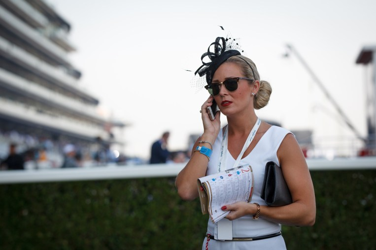 Veronika Aske fra (28) Larvik hadde med tre av araberhestene hun trener for sjeiken av Abu Dhabi i det første løpet. Det holdt dessverre ikke. (Foto: Matias Nordahl Carlsen, NRK)