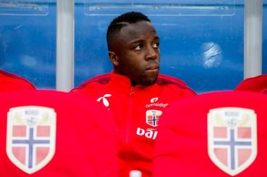 Valentin Adama Diomande på benken før EM-kvalifiseringskampen mellom Norge og Aserbajdsjan på Ullevaal stadion. (Foto: Vegard Wivestad Grøtt / NTB scanpix)