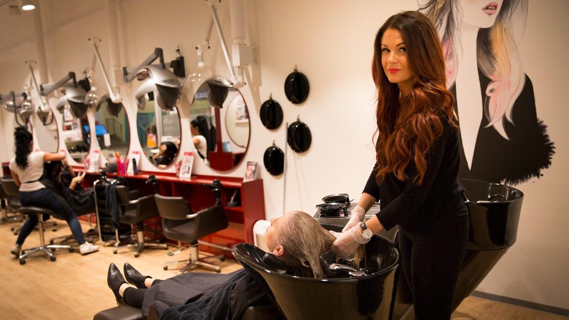 Thea Sandvik (27) har hørt alt fra utroskandaler til sykdomshistorier gjennom sine sju år som frisør. Her friserer hun Tine Almås Hunt (29). (Foto: Mari Aftret Mørtvedt/NRK)