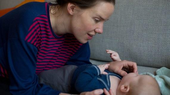 """""""Jeg ville ikke ha babystemme, men det er umulig å unngå når jeg snakker med Mio."""", sier Kaja. (Foto: Mari Aftret Mørtvedt/NRK)"""