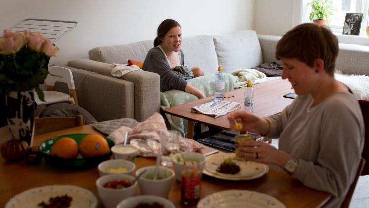 Kaja og Mio har besøk av storesøster Thea, som også er gravid (Foto: Mari Aftret Mørtvedt/NRK)