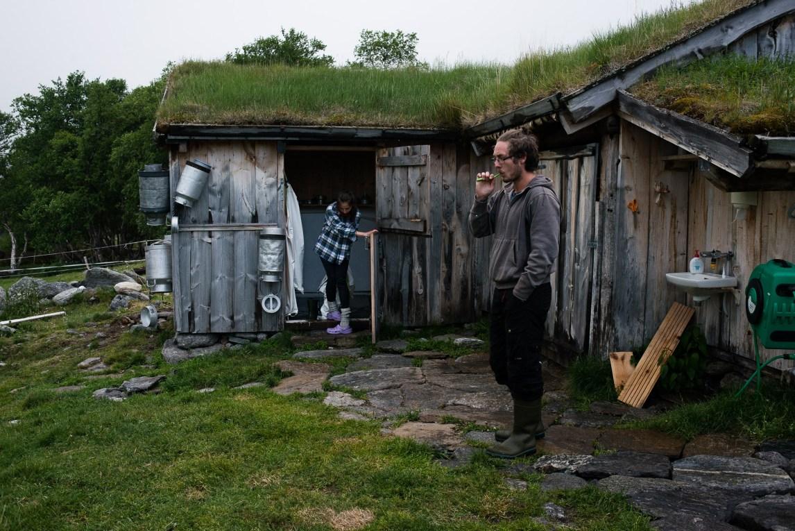 Frida Stenhammer Aanerød (19) er akkurat ferdig med separering av melken, og Markus Giske (22) gjør seg klar for senga. I morgen venter nok en tidlig start på dagen. (Foto: Helle Gannestad)