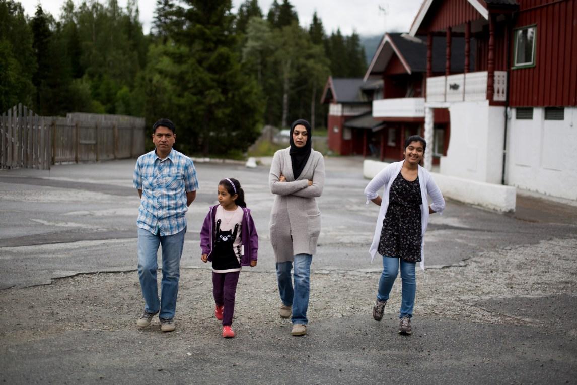 Nasir, Faiza, Nabeela og Fatima fikk opphold i juli og venter på å få vite hvilken kommune som vil ta imot familien. De har bodd på asylmottak i over fire år. (Foto: Stig Morten Waage, NRK)