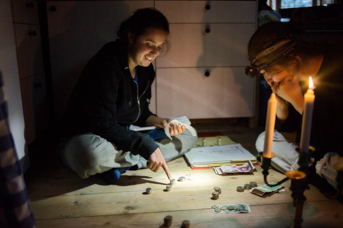Aisha Marie Heim (23) og Christine Beate Husøy (19) gjør opp kassa for dagen. Klokka er halv tolv om kvelden, og den nye dagen starter allerede om seks timer. (Foto: Helle Gannestad)