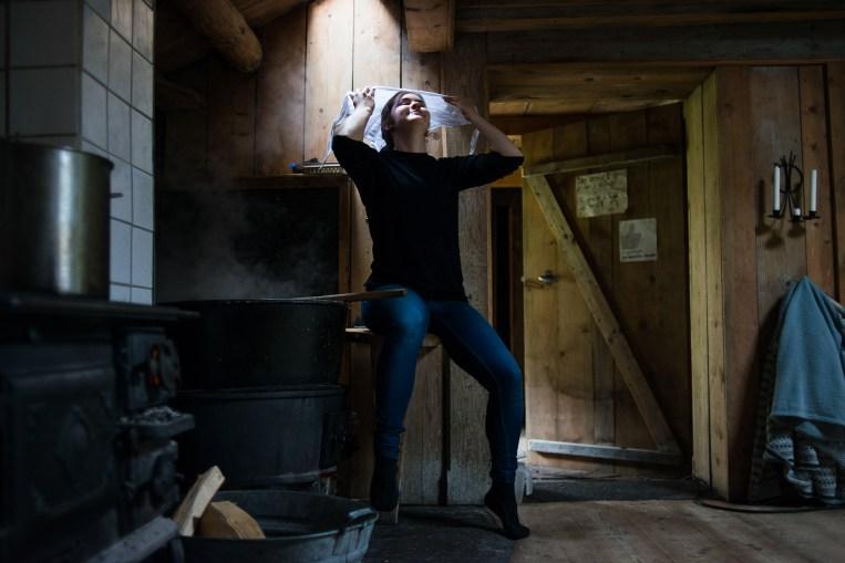 Christine Beate Husøy (17) er på setra på sin andre sommer. I fjor var hun pilt, eller budeielærling om du vil. I år er hun budeie for første gang, og har mer ansvar - blant annet opplæring av nye pilter. (Foto: Helle Gannestad)