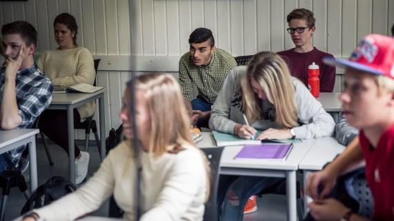 Mohsen sitter ved siden av Erlend i klasserommet, men har ikke egen pult eller skolebøker. (Foto: Rashid Akrim)