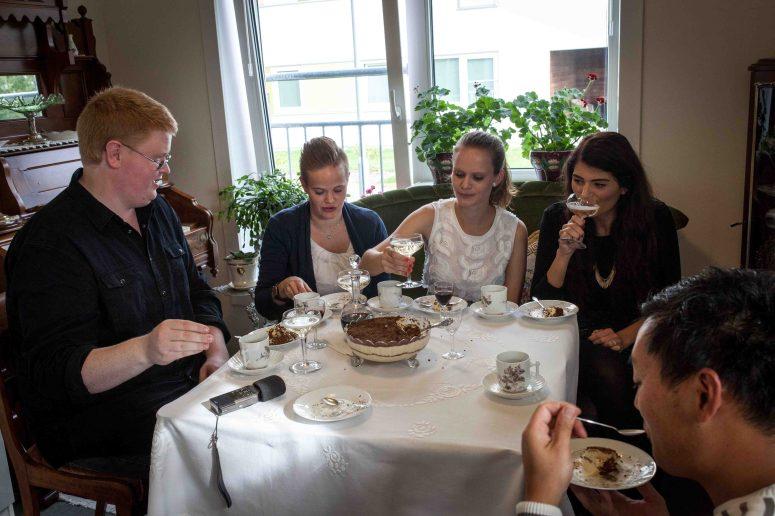 Dronning Maud fromasj på bordet, musserende i glassa og jenter i salongen. Klassisk selskap hos Stig Roar. Foto: Matias Nordahl Carlsen